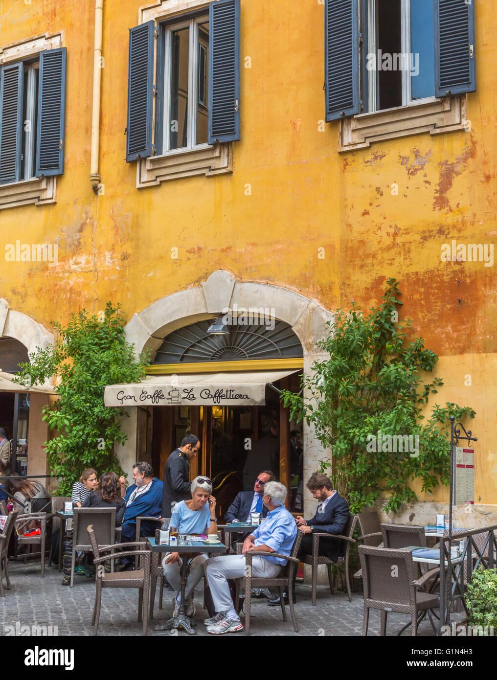 Rom, Italien.  Bürgersteig Café Piazza di Pietra Leben. Stockbild