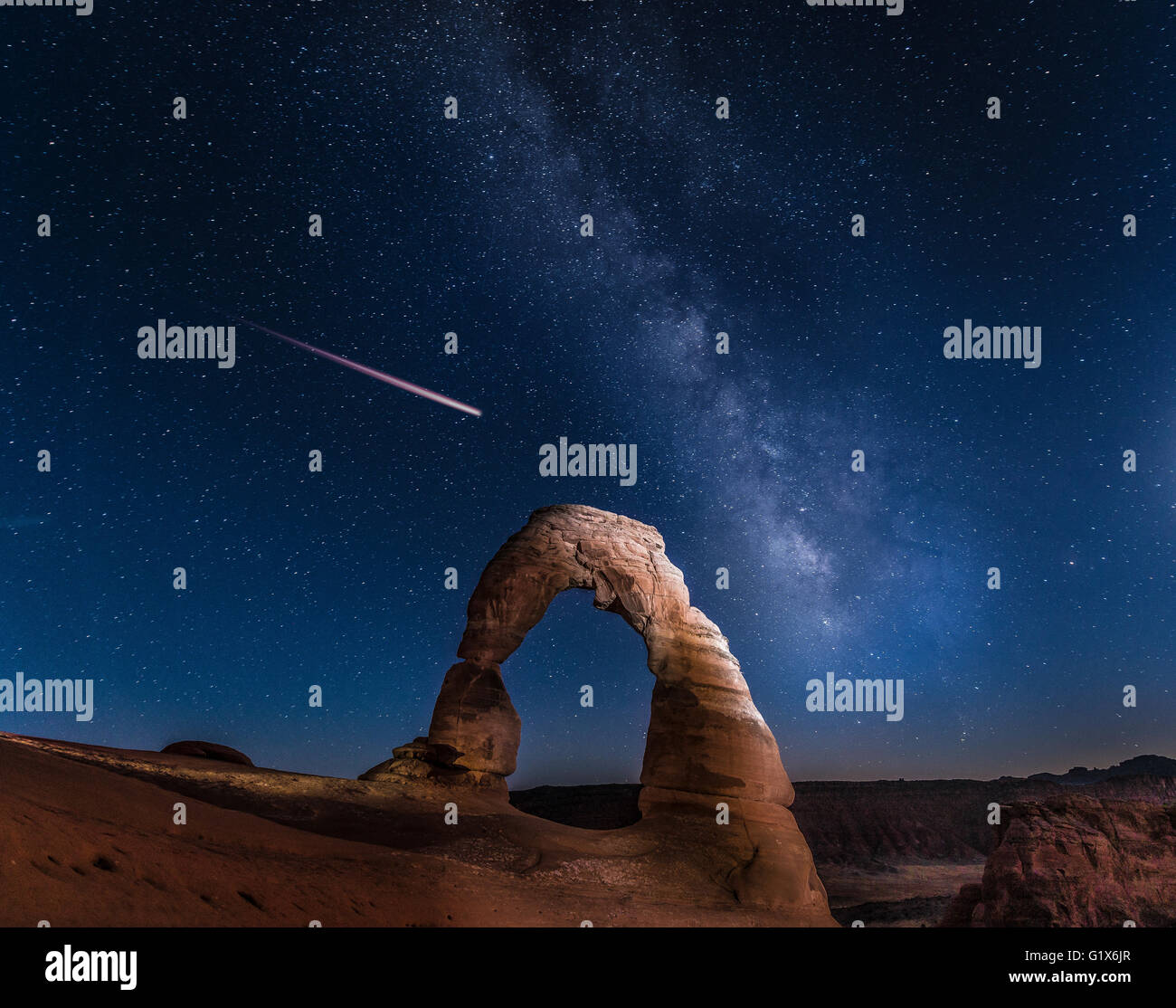 Natürlichen Bogen Delicate Arch mit Milky Way und Shooting Star bei Nacht, Arches-Nationalpark, Moab, Utah, Stockbild