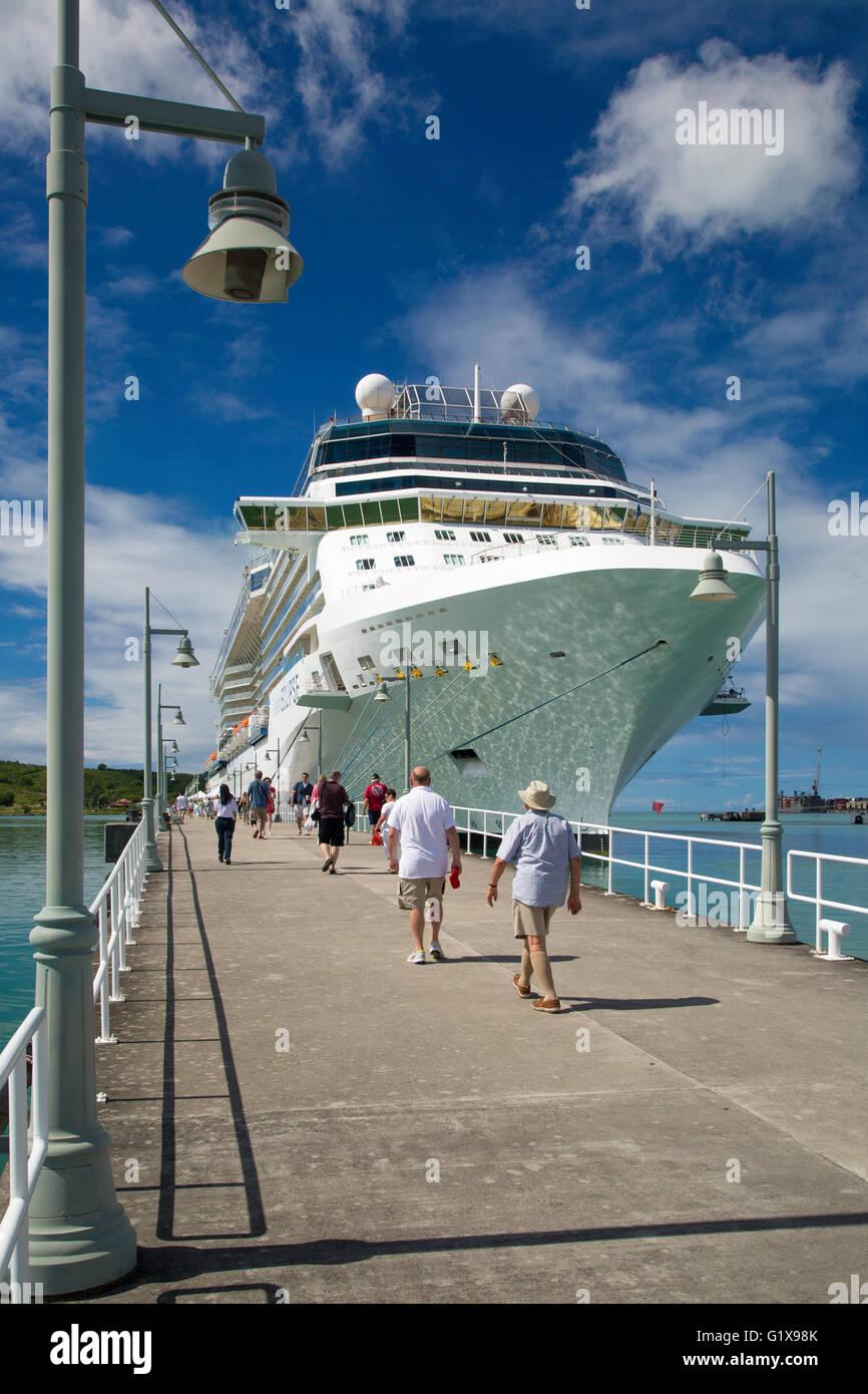 """Passagiere und Kreuzfahrtschiff """"Celebrity eclipse"""" im Hafen, die St. Johns, Antigua, West Indies Stockbild"""