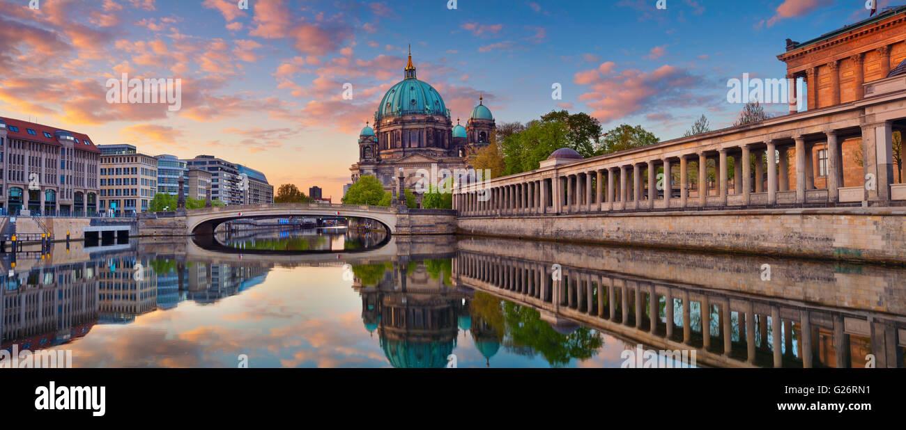 Berlin. Panorama-Bild der Berliner Dom und der Museumsinsel in Berlin bei Sonnenaufgang. Stockbild