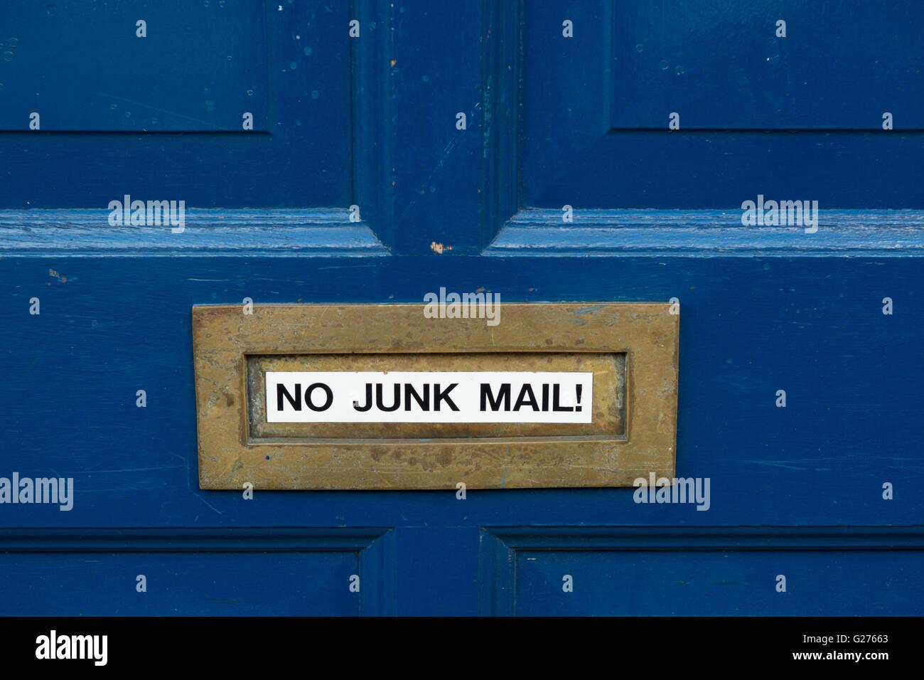 """""""Keine Junk-Mail"""" Aufkleber auf Messing Briefkasten auf blau lackierten vorderen Tür Stockbild"""