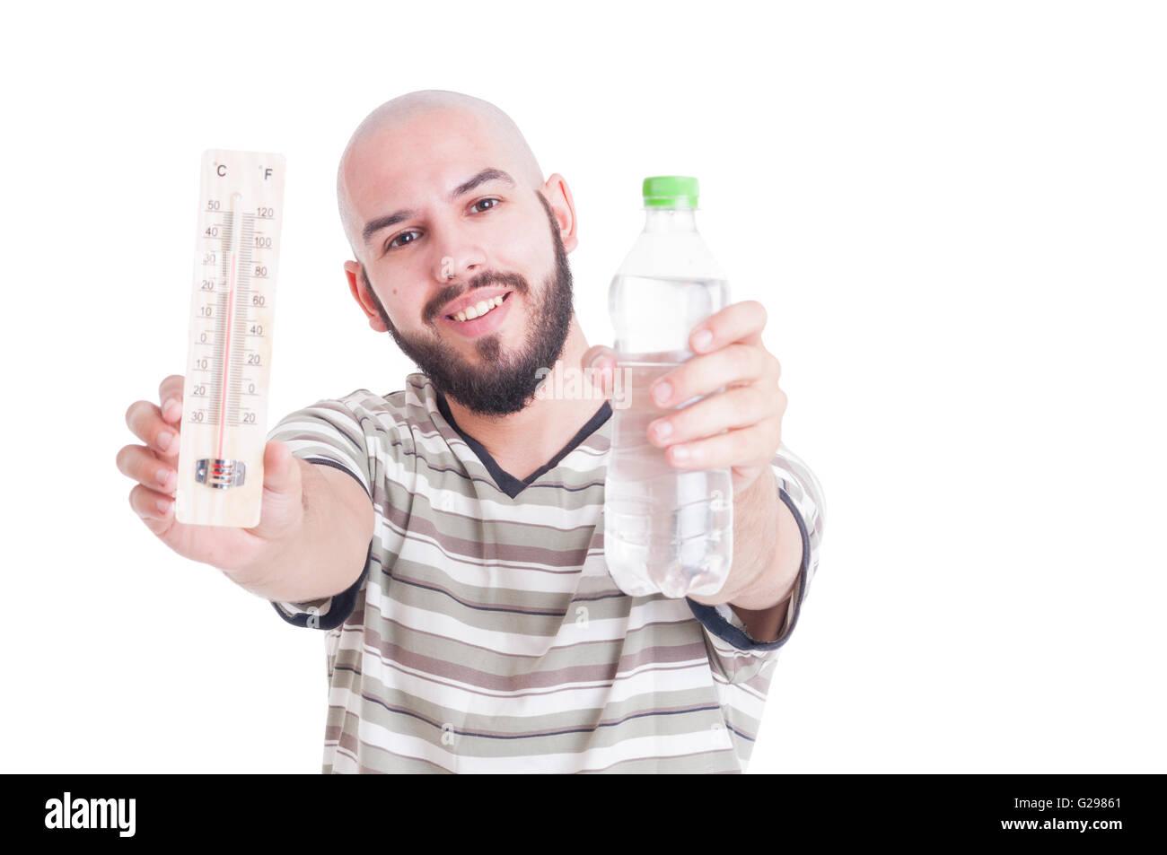 Heiße Sommer und Austrocknung Konzept mit Mann, Thermometer und kalte Wasserflasche Stockbild