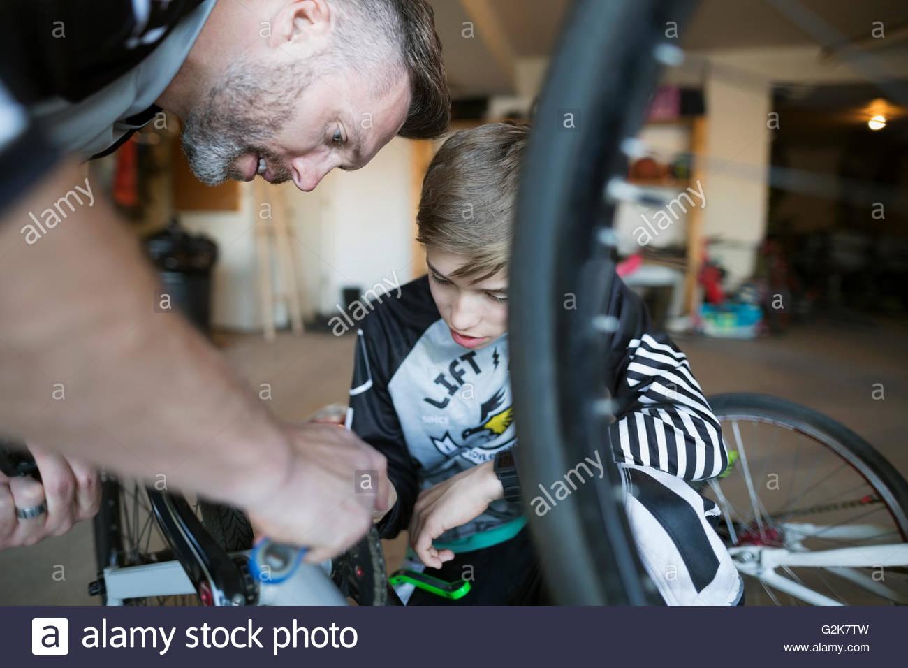 Vater und Sohn Fahrrad Reparatur Stockbild