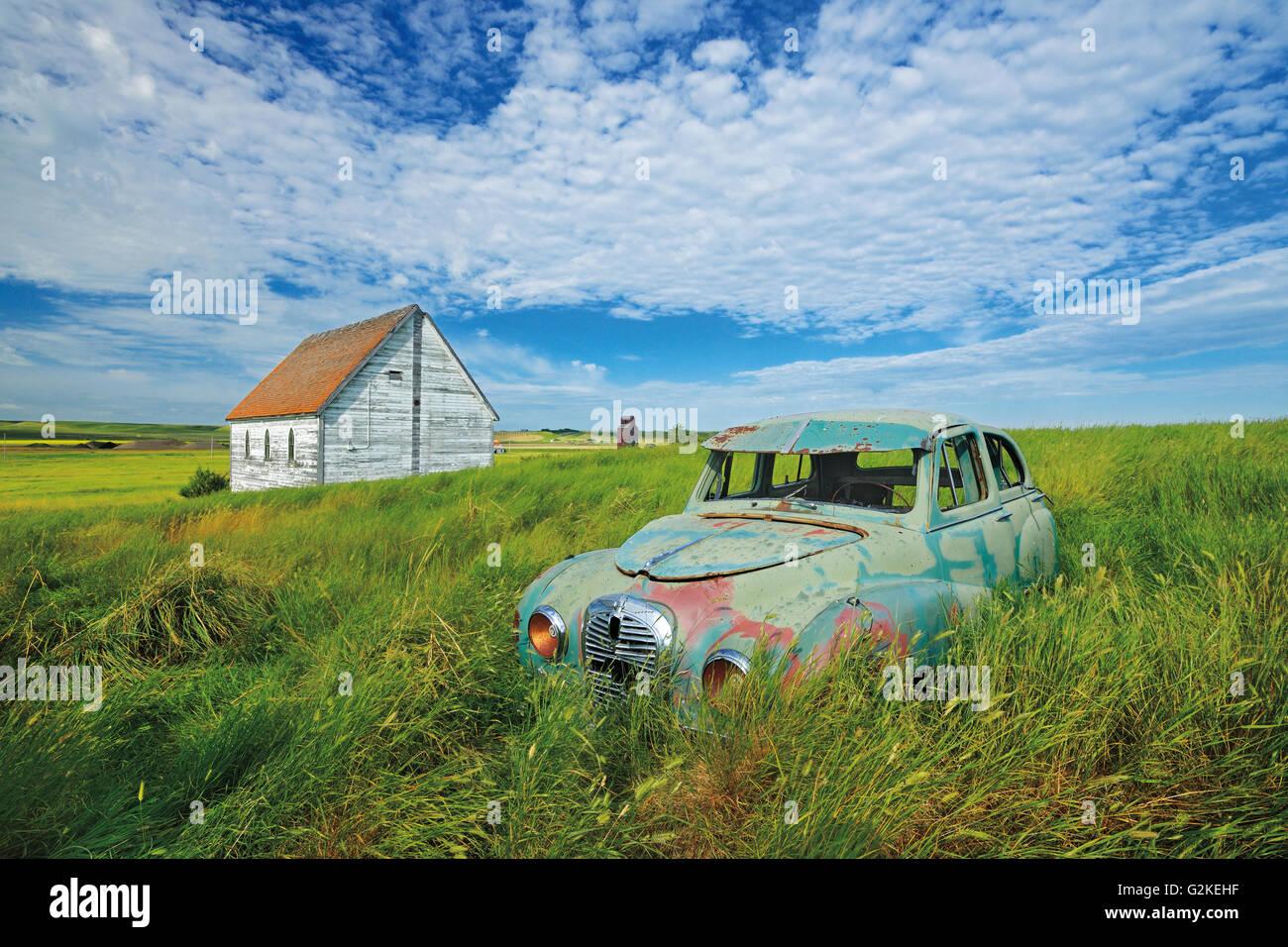 Oldtimer Austin und Kirche im Feld in der Geisterstadt Neidpath Saskatchewan Kanada Stockbild