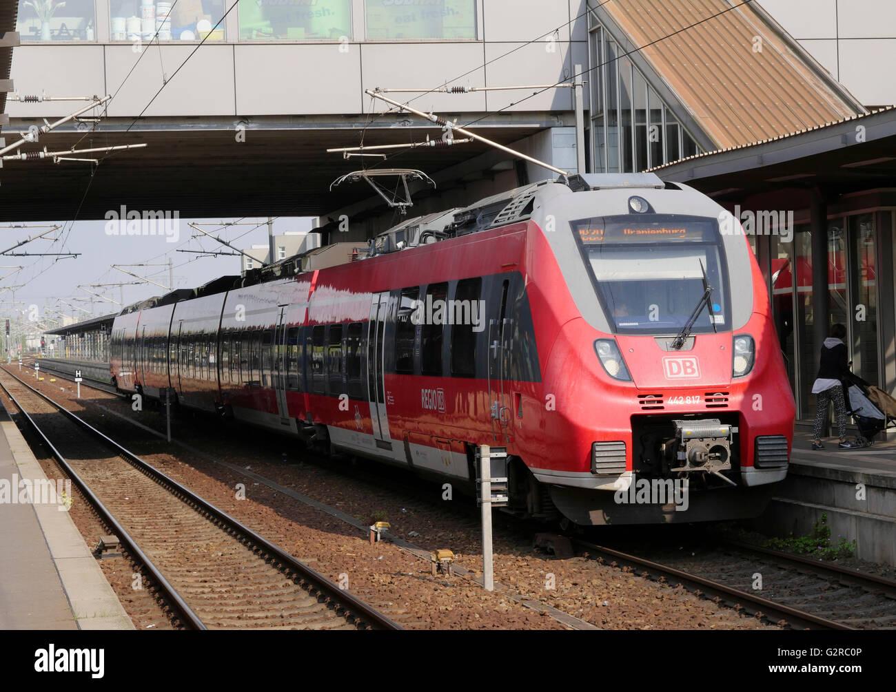 Deutsche Bahn DB-Baureihe 442 Passagier Zug am Bahnsteig stehen, Berlin, Deutschland, EU. Stockbild