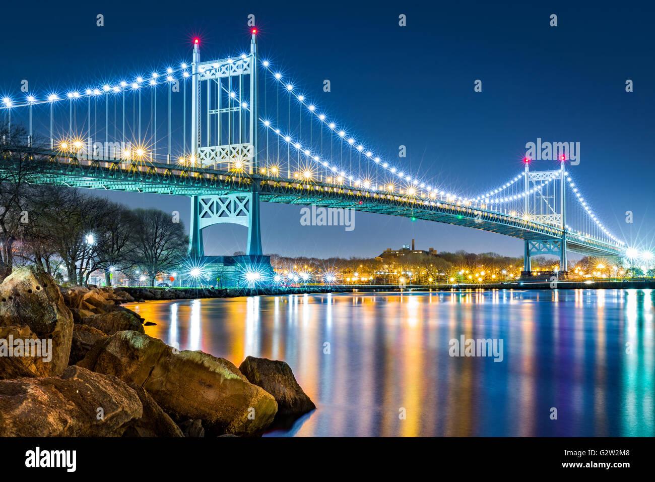 Robert F. Kennedy-Brücke (aka Triboro Bridge) bei Nacht gesehen aus Randalls Island, New York Stockbild