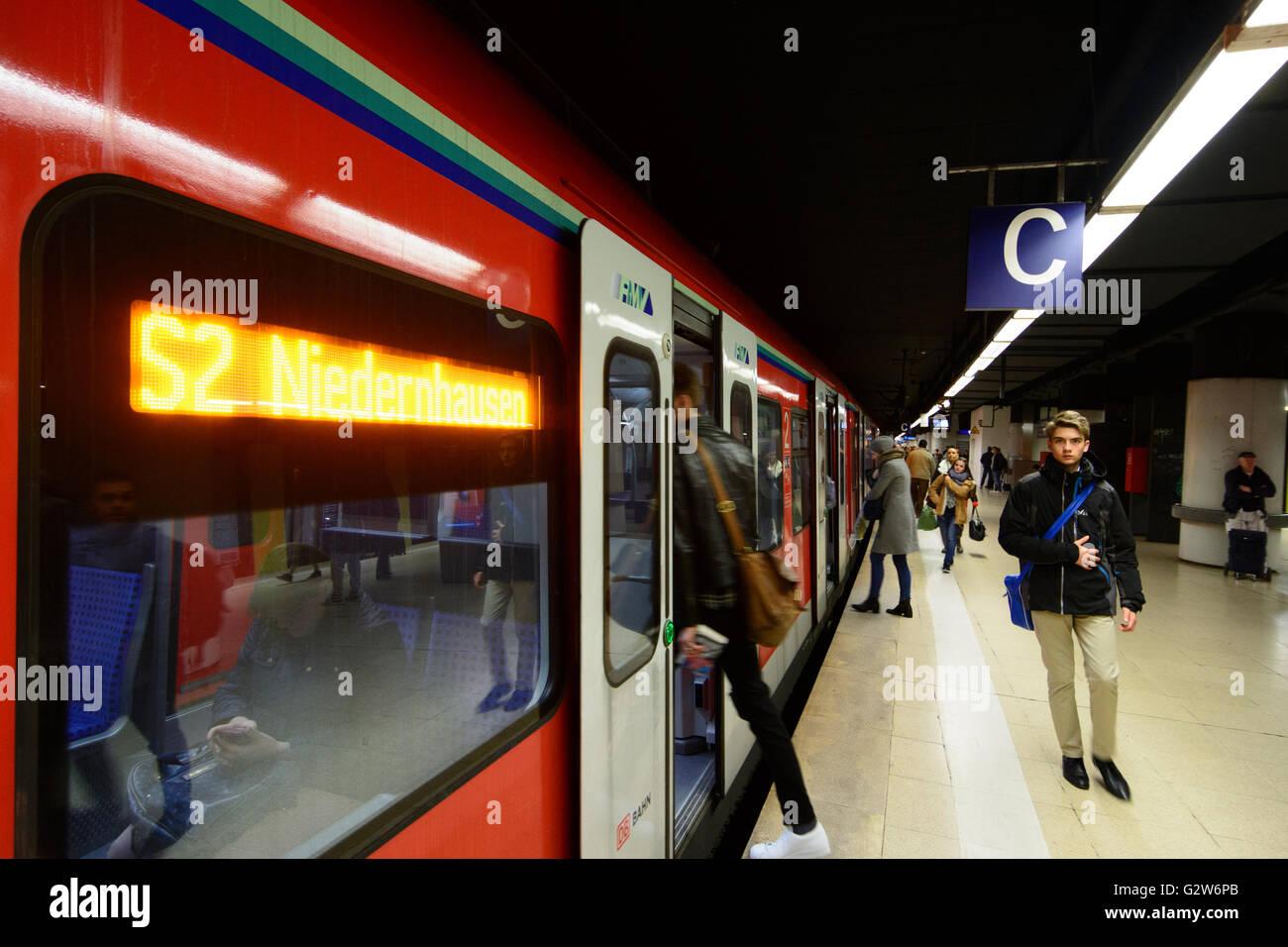S-Bahn-Zug der Deutschen Bahn in der Station Hauptwache, Deutschland, Hessen, Hessen, Frankfurt Am Main Stockbild