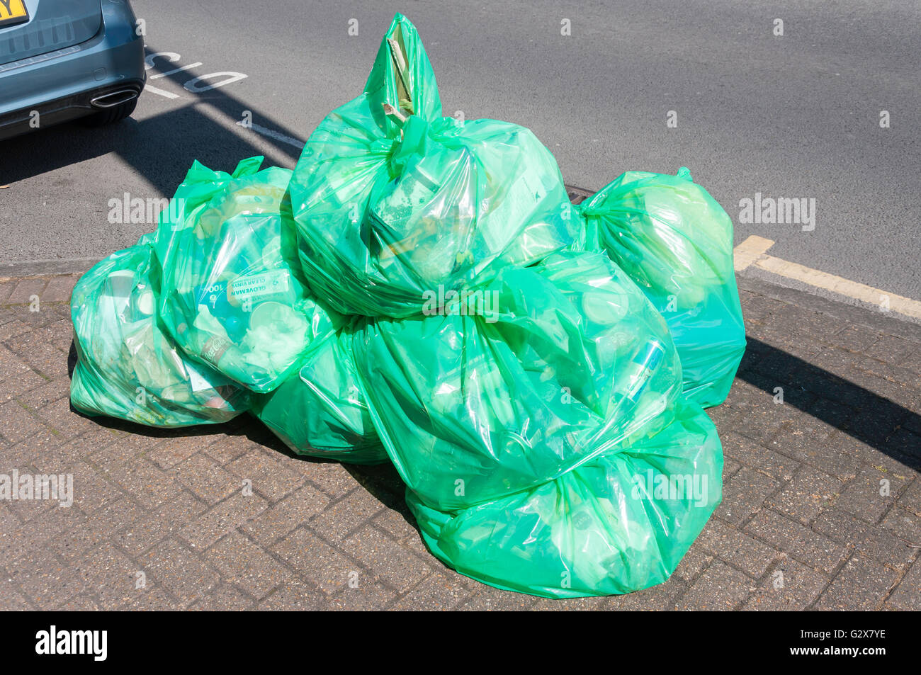 Kunststoff-recycling-Taschen auf Asphalt, Church Road, Ashford, Surrey, England, Vereinigtes Königreich Stockbild