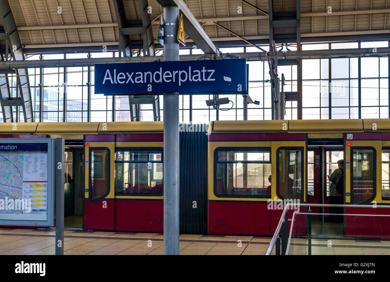 S-Bahn-Zug am Alexanderplatz Hauptbahnhof, Berlin, Deutschland Stockbild
