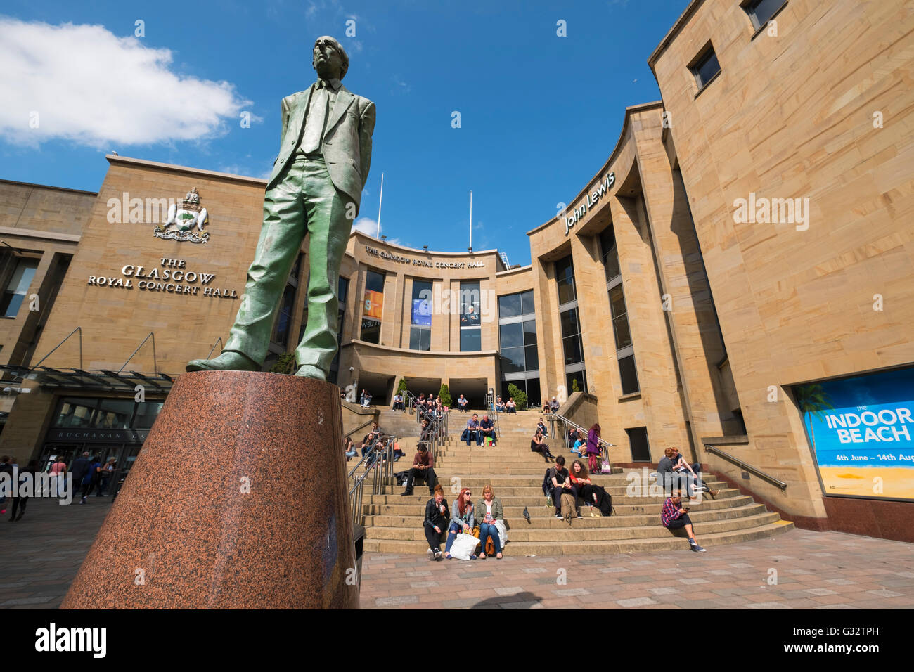 Statue von Donald Dewar außerhalb Royal Concert Hall in Glasgow Vereinigtes Königreich Stockbild
