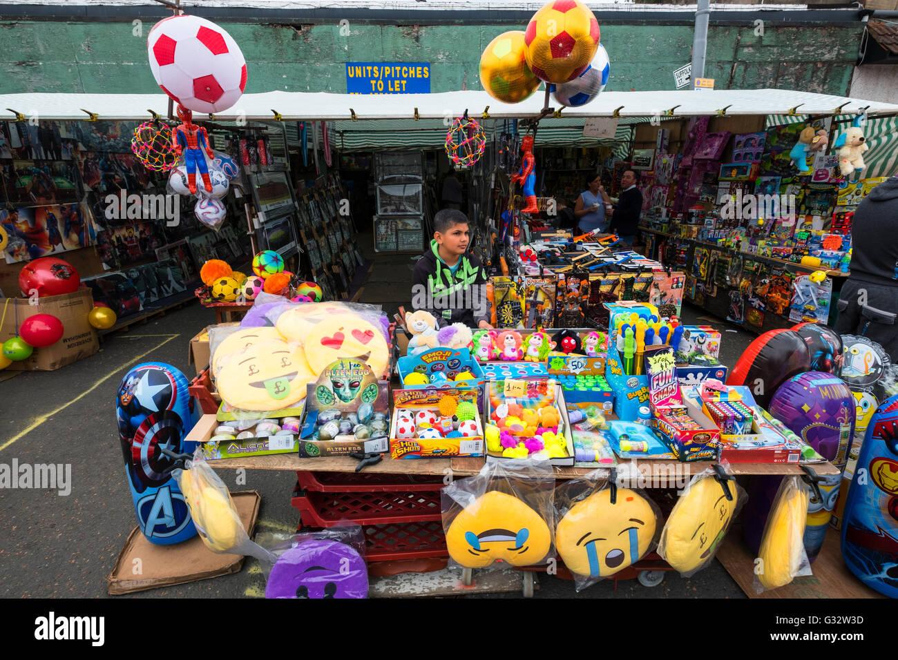 Stall verkaufen billig Spielzeug Barras Markt in Gallowgate Glasgow, Vereinigtes Königreich Stockbild