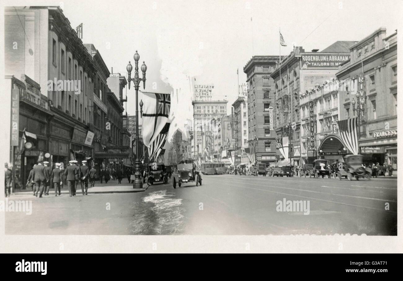 Market Street, mit Rivoli Kino (rechts), San Francisco, Kalifornien, USA. Eine Gruppe von Männern aus der britischen Stockbild