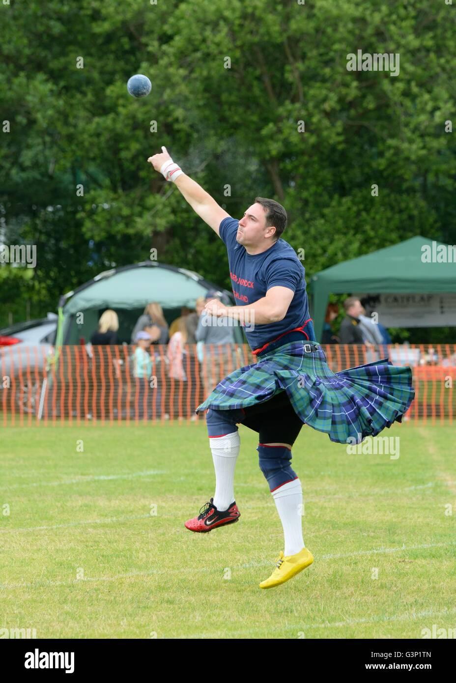 Mann im Kilt Schuss setzen bei Highland Games, Schottland, UK Stockbild
