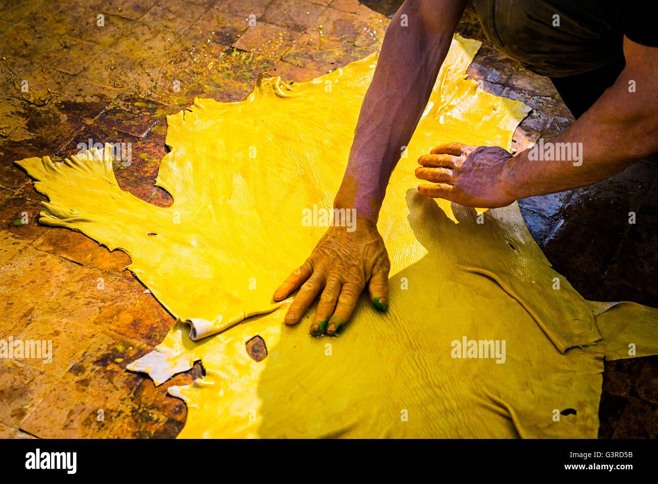 Mann arbeitet in einer Gerberei in der Stadt Fez in Marokko. Stockbild