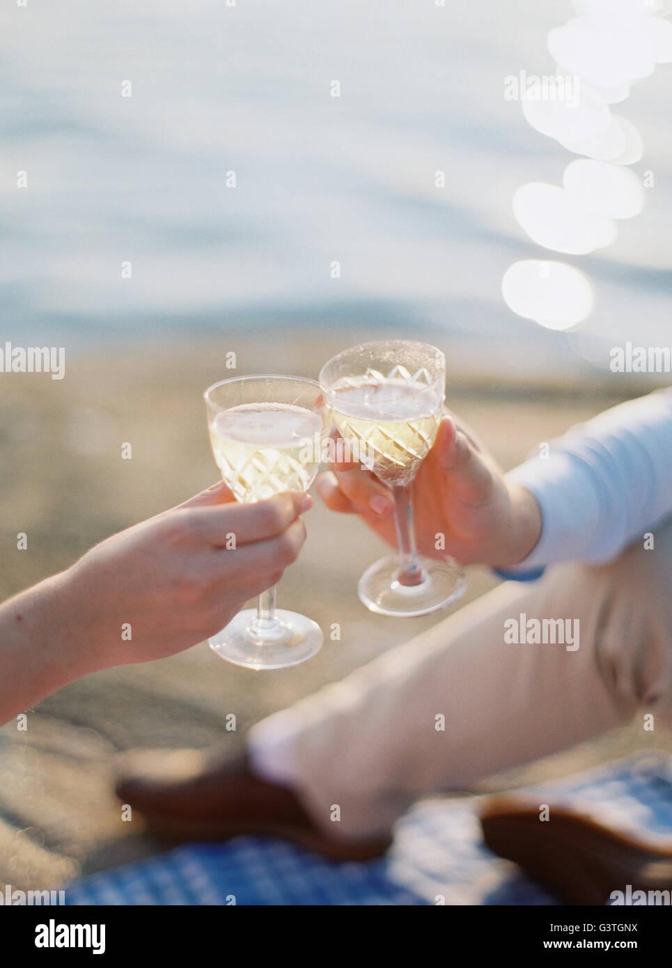 Toasting stockfotos toasting bilder alamy - Glaser dekorieren mit sand ...