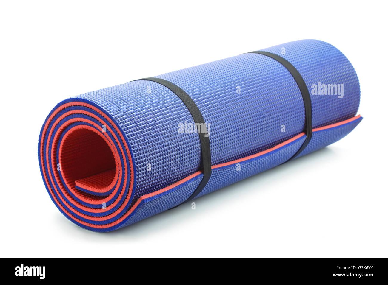 Gerollten blauen Schaum Yogamatte isoliert auf weiss Stockbild
