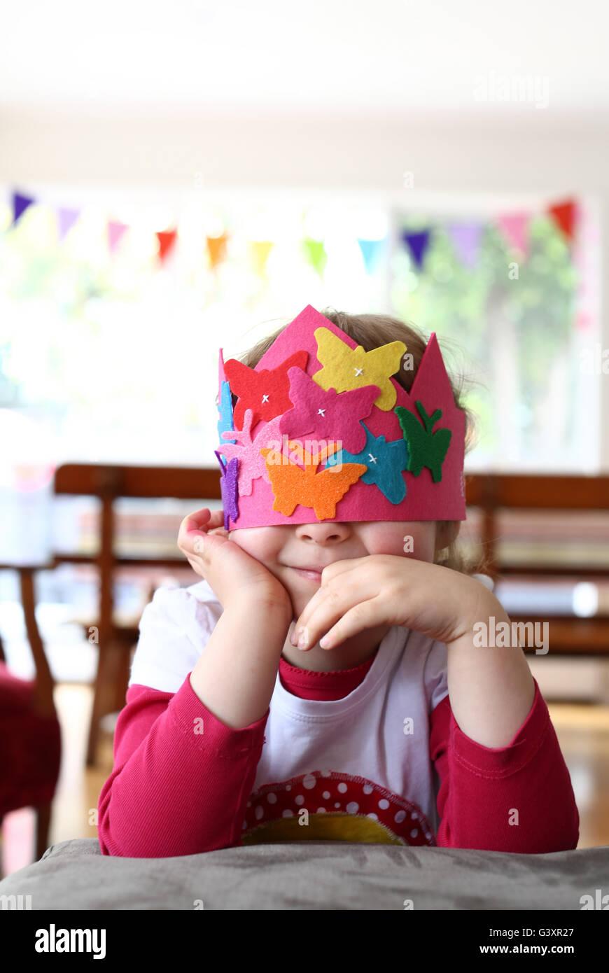 Junges Mädchen in einer Partei Hat ihre Augen bedecken Stockbild