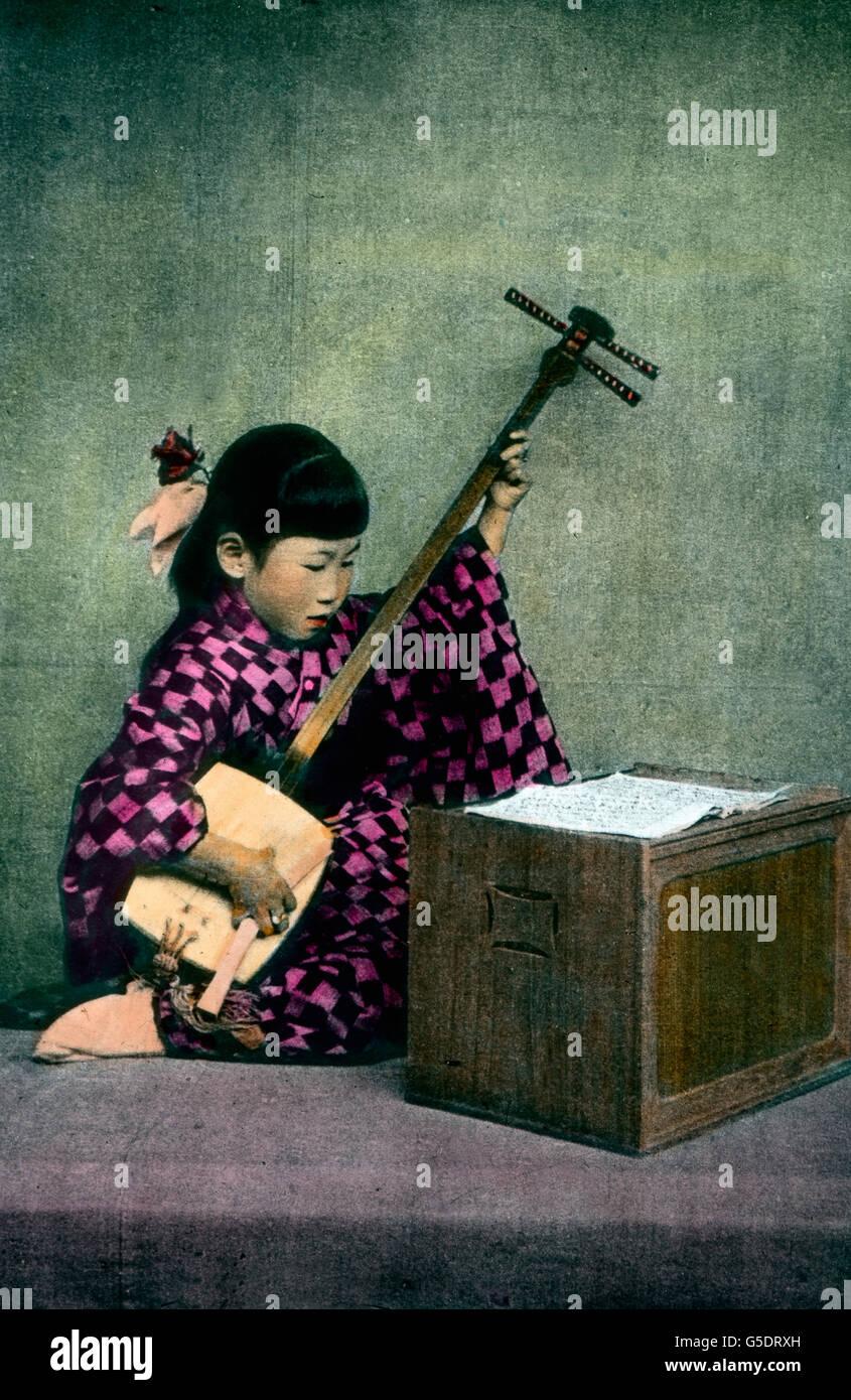 Ein Mädchen aus Japan Spielt Auf Einem Traditionellen Saiteninstrument, Dem Shamisen. Asien, Japan, asiatisch, Reisen, Stockfoto