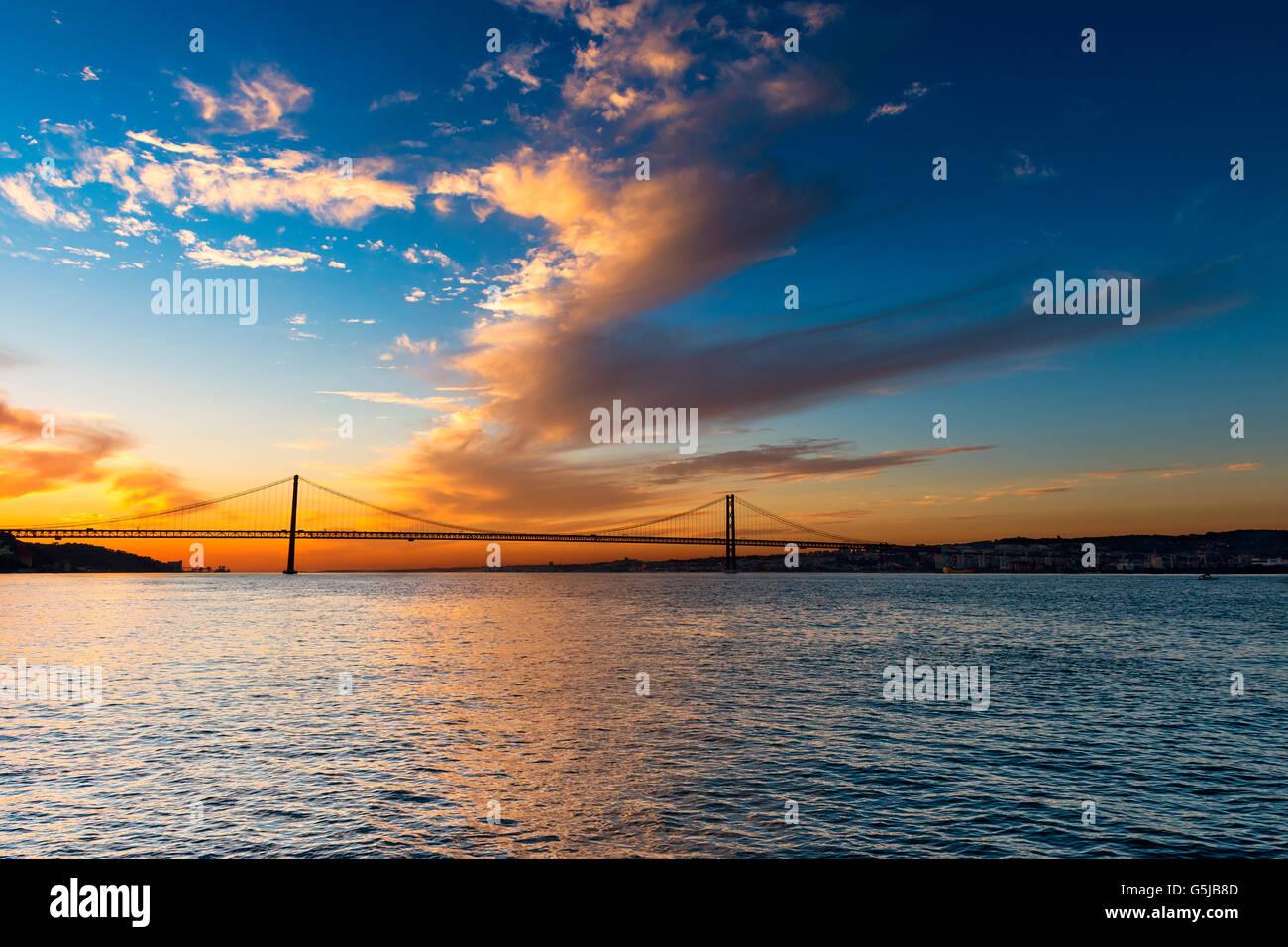 Blick auf die Brücke über den Tejo in Lissabon, Portugal, bei Sonnenuntergang Stockbild