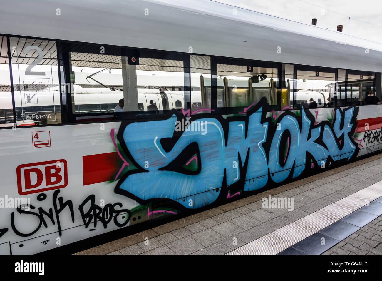 mit Graffiti beschmiert, ICE Deutsche Bahn (DB AG), Mannheim, Deutschland, Baden-Württemberg, Kurpfalz Stockbild