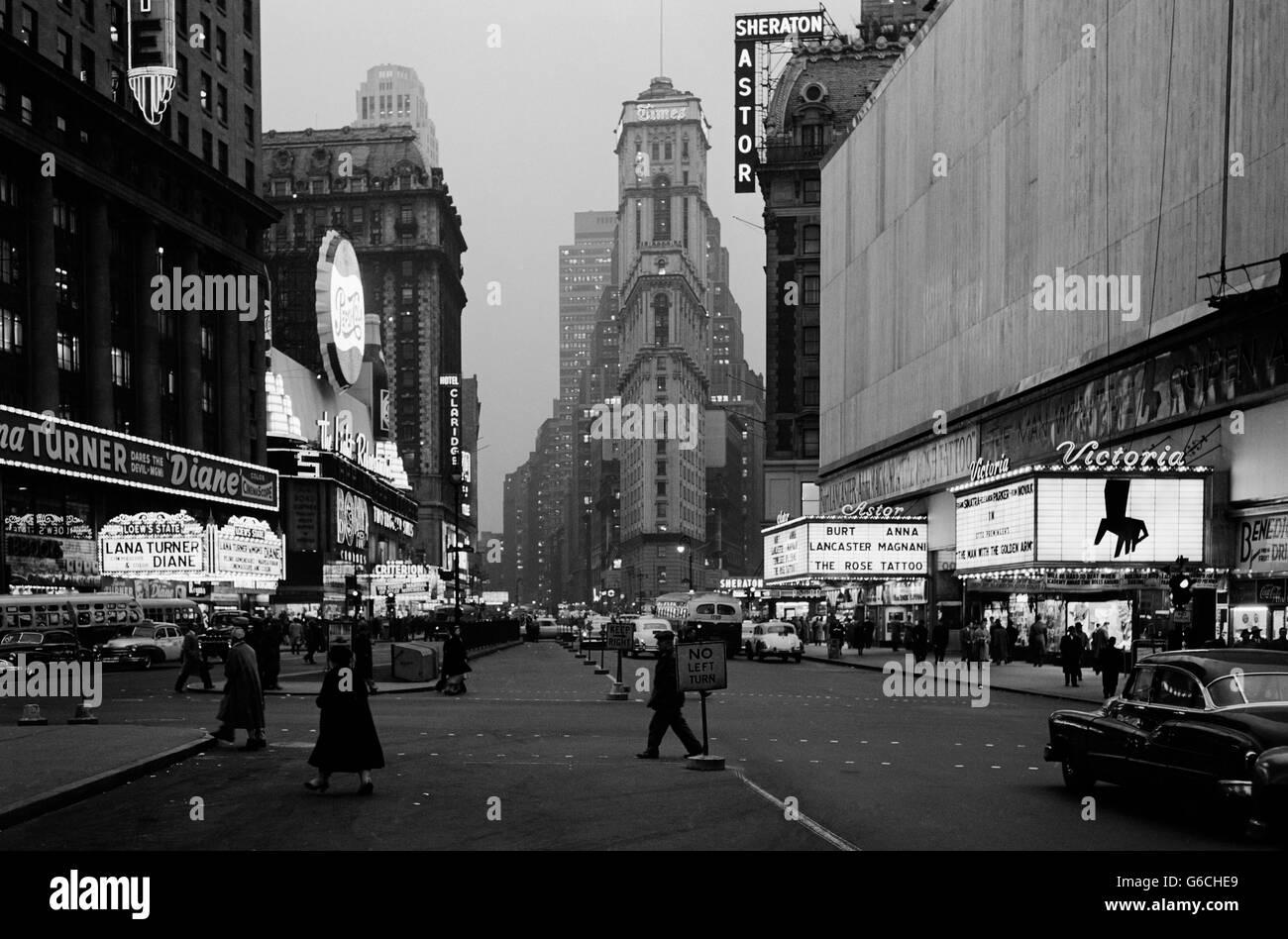 1950ER JAHRE NACHT TIMES SQUARE AUSSEHENDE SÜDLICH VON DUFFY SQUARE, NEW YORK TIMES BUILDING FILM FESTZELTE Stockbild