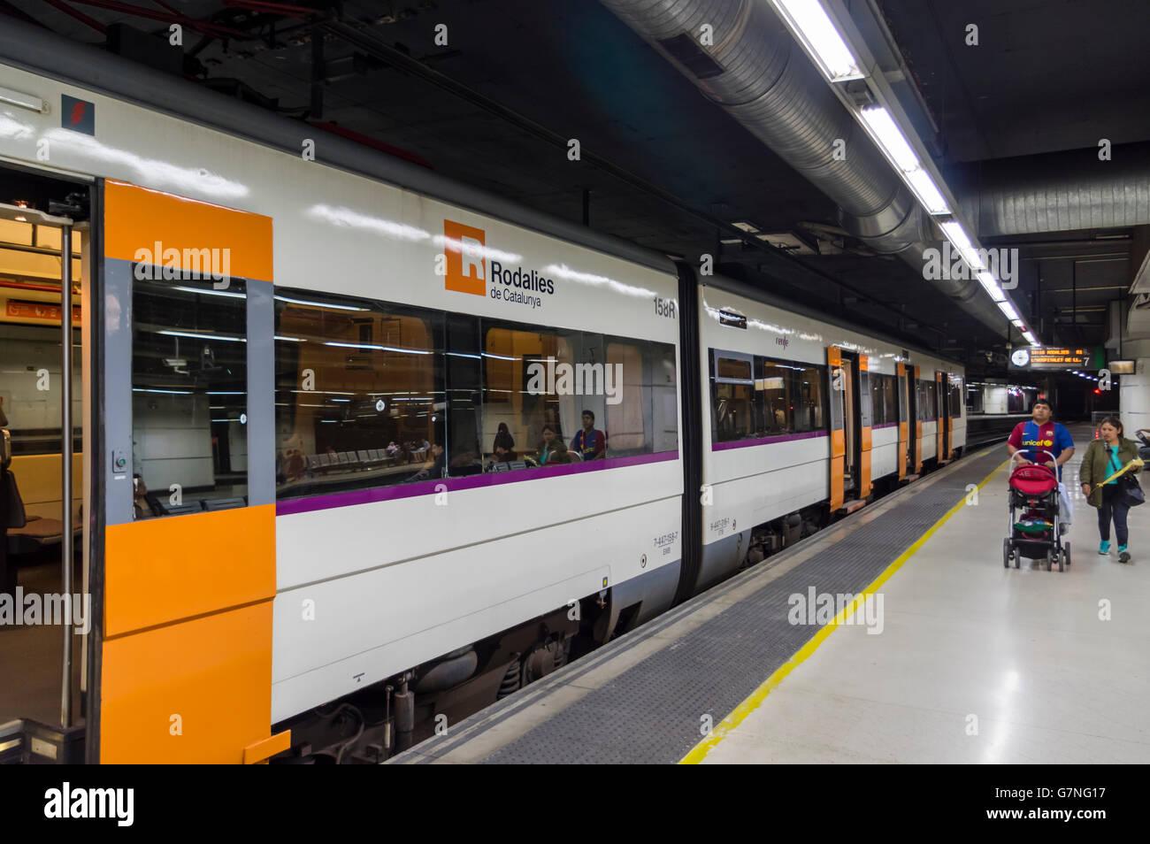 Regionalzug der Rodalies de Catalunya an einem unterirdischen Bahnhof. Barcelona, Katalonien, Spanien. Stockbild
