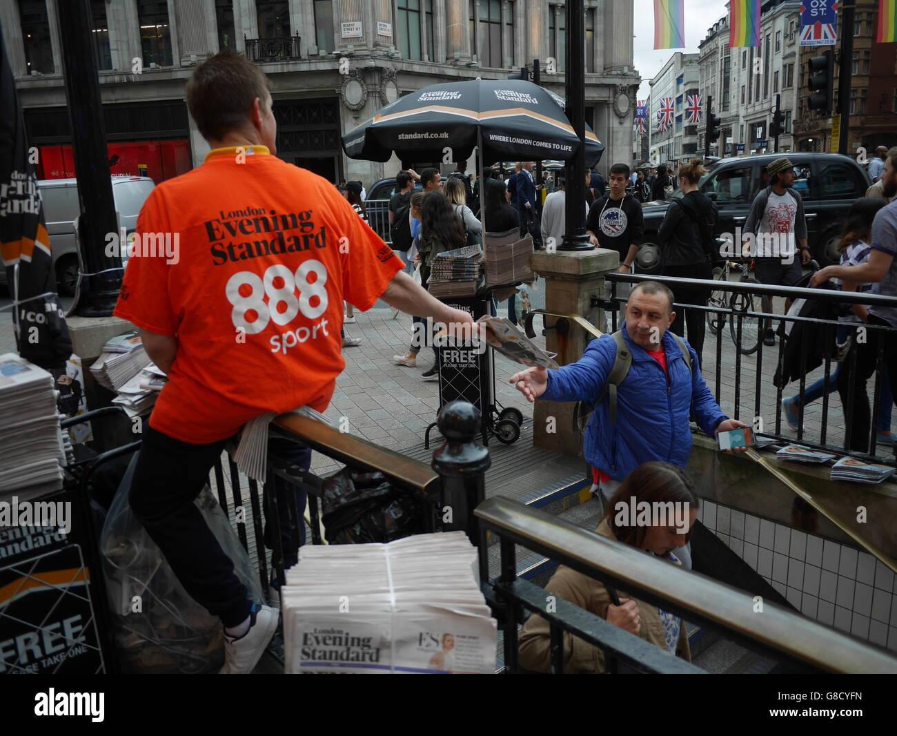 Abend-Zeitung Standard-Distributor mit 888 Sport Tshirt Oxford Street London Stockbild