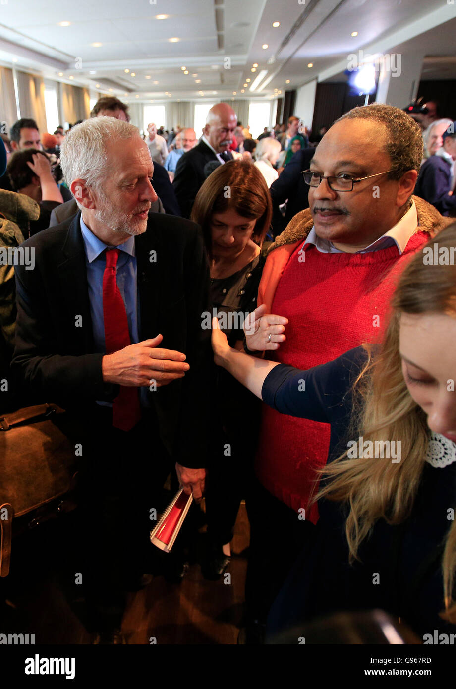 Labour Leader Jeremy Corbyn mit Marc Wadsworth (rechts), der Dynamik schwarz Connexions, nach einer Rede am Labours Stockbild
