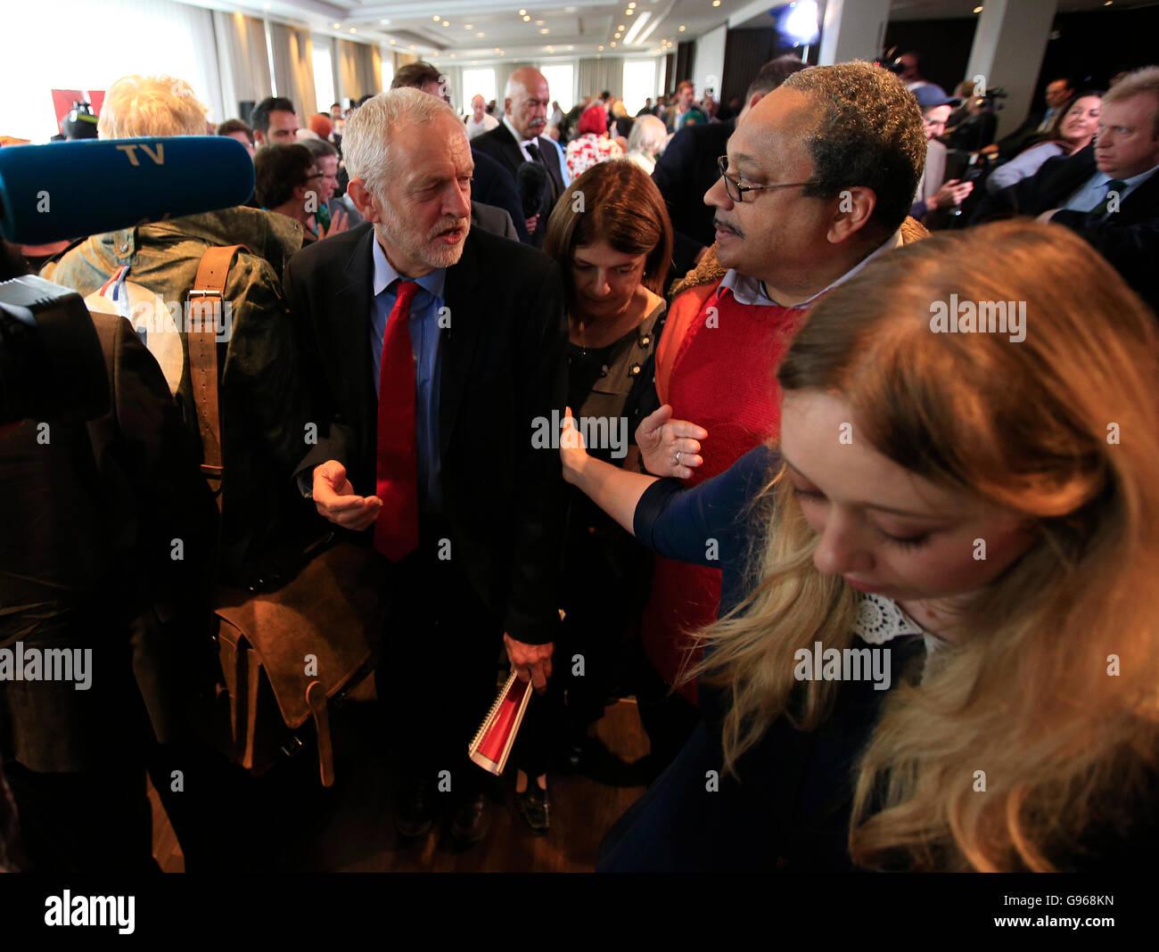 Labour Leader Jeremy Corbyn mit Marc Wadsworth (Mitte), der Dynamik schwarz Connexions, nach einer Rede am Labours Stockbild