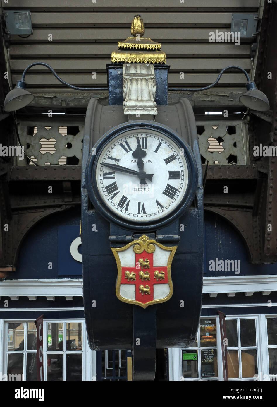 Laden Sie dieses Alamy Stockfoto Vintage elektrische Uhr, Bahnhof York, Yorkshire, England, UK - G9BJTJ