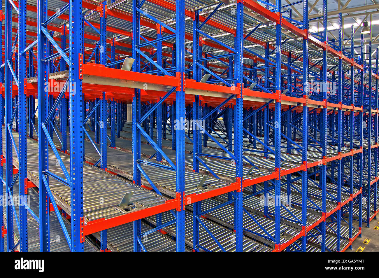 automated shelving warehouse stockfotos automated shelving warehouse bilder alamy. Black Bedroom Furniture Sets. Home Design Ideas