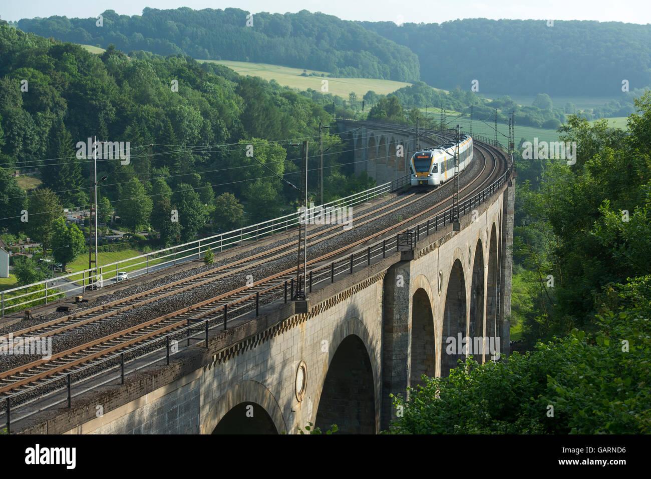 Deutschland, Nordrhein-Westfalen, Altenbeken, Großer Viadukt Altenbeken, Überspannt Mit 24 Brauerei Das Stockbild