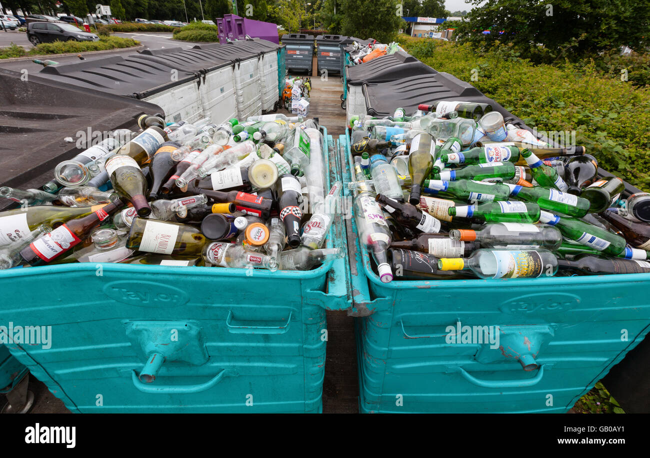 Überquellenden recycling Glas Altglascontainer in Winchester, UK Stockbild