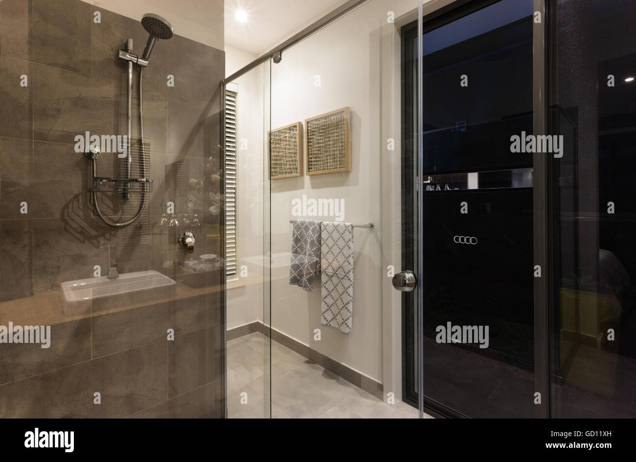 Modernes Badezimmer Dusche mit Glastüren und silbernen Hahn in der ...