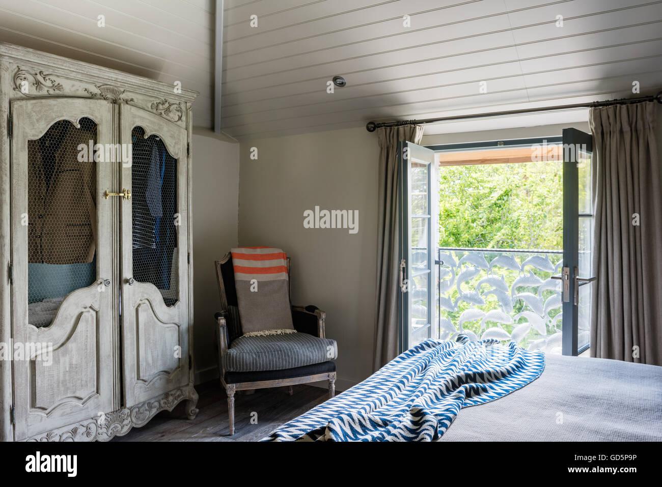 Schrank im Schlafzimmer mit Balkon der Julia von Schmied Nick Plant ...