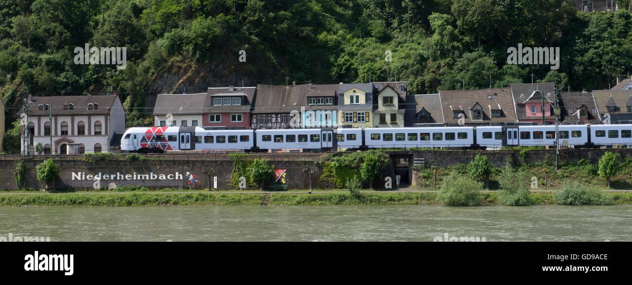 Regionalzug auf der Westbahn Rhein, Niederheimbach, Rheinland-Pfalz, Deutschland. Stockbild