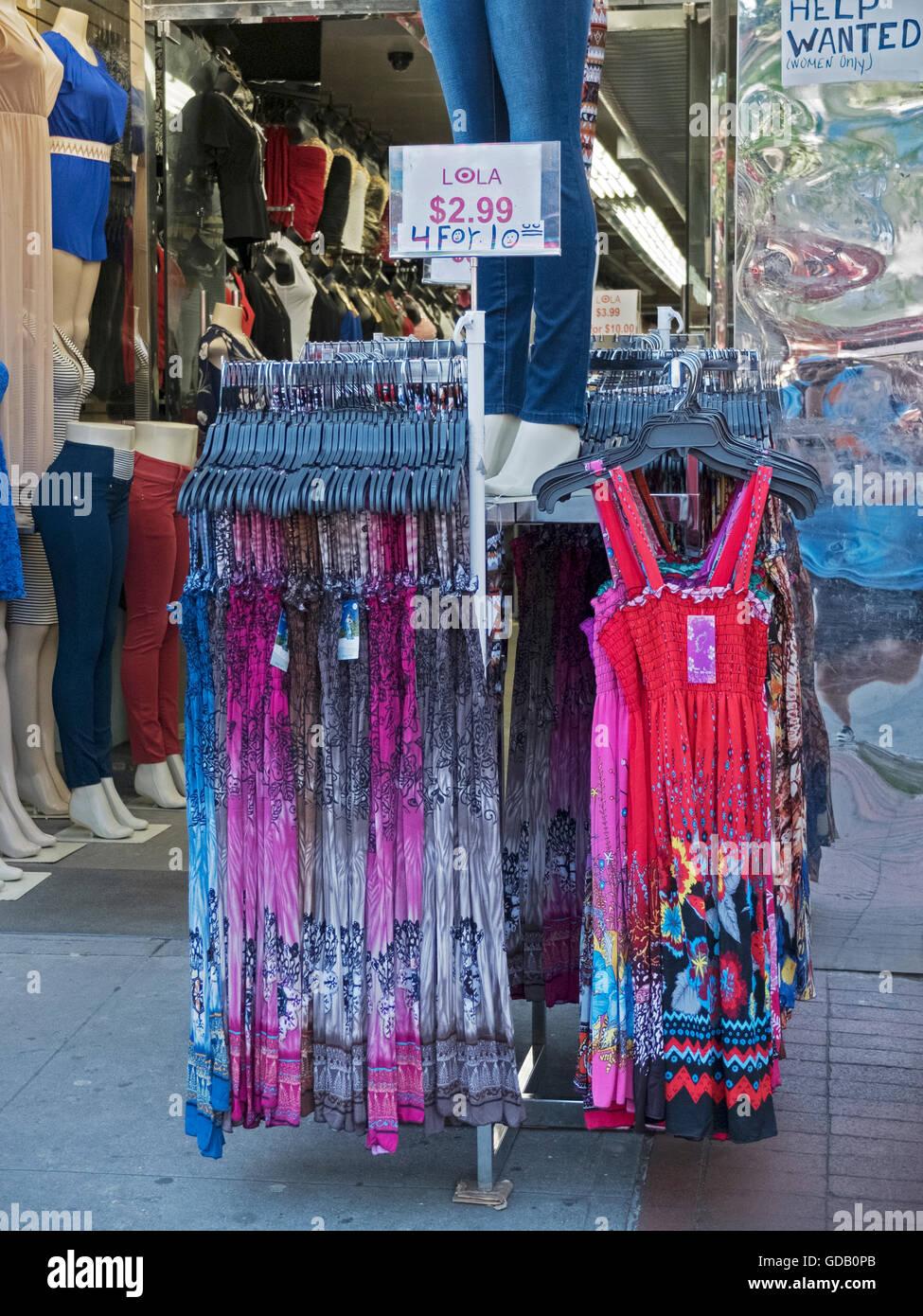 Sehr günstige Sommerkleider zum Verkauf an Lola auf Kreuzung Boulevard in Corona Queens, New York. 24.06.2016. Stockbild