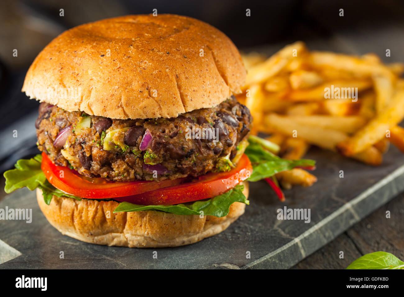 Vegane hausgemachte Portabello Pilz Black Bean Burger mit Pommes frites Stockbild