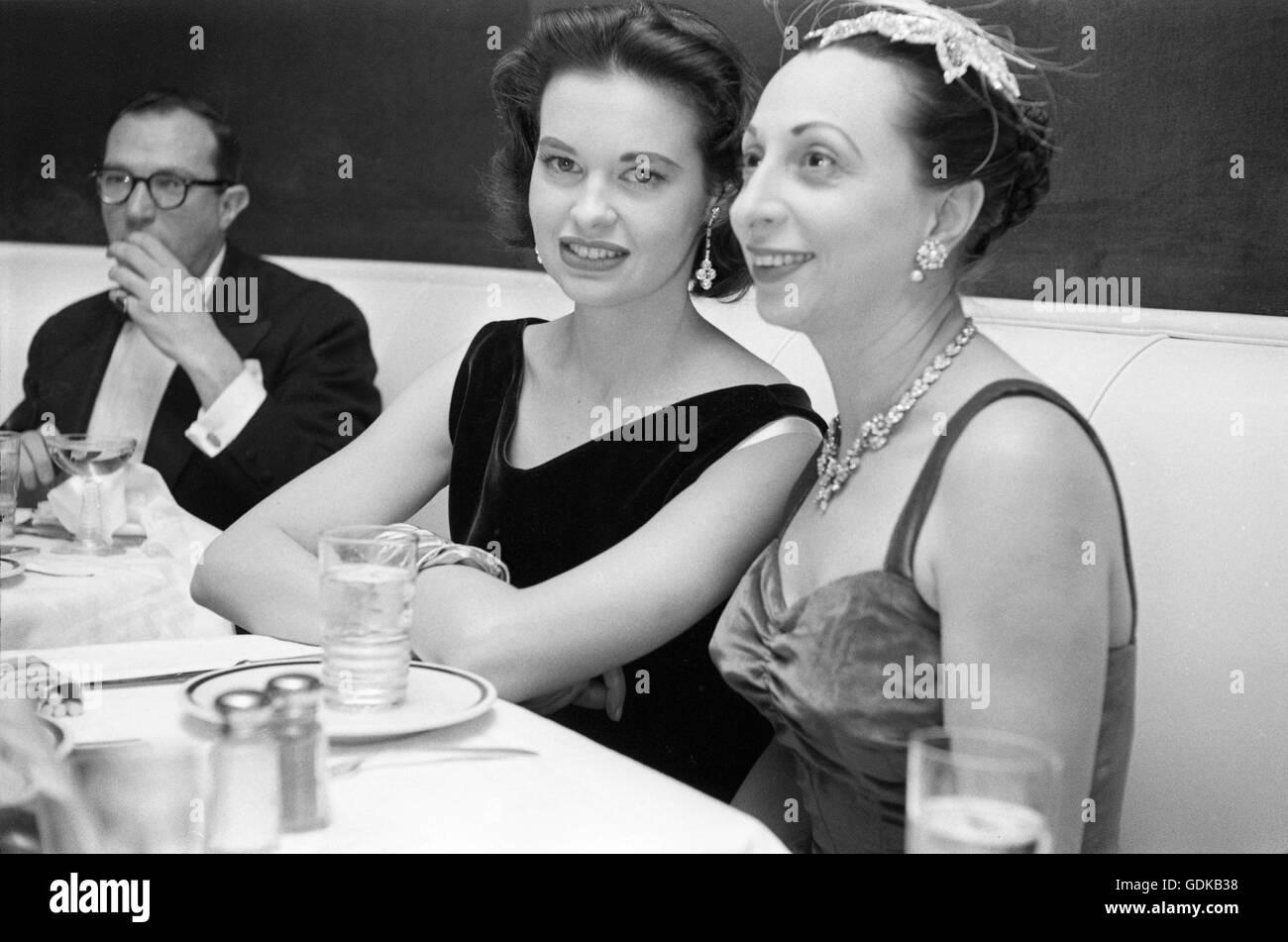 Gloria Vanderbilt, beim Abendessen mit Freunden, 1955. Stockbild