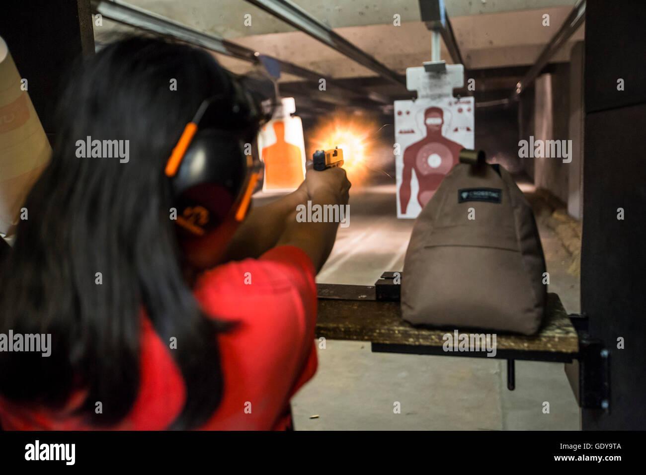 Las Vegas, Nevada - eine Frau feuert ihre Pistole beim Discount Waffen + Munition Schießanlage. Stockbild