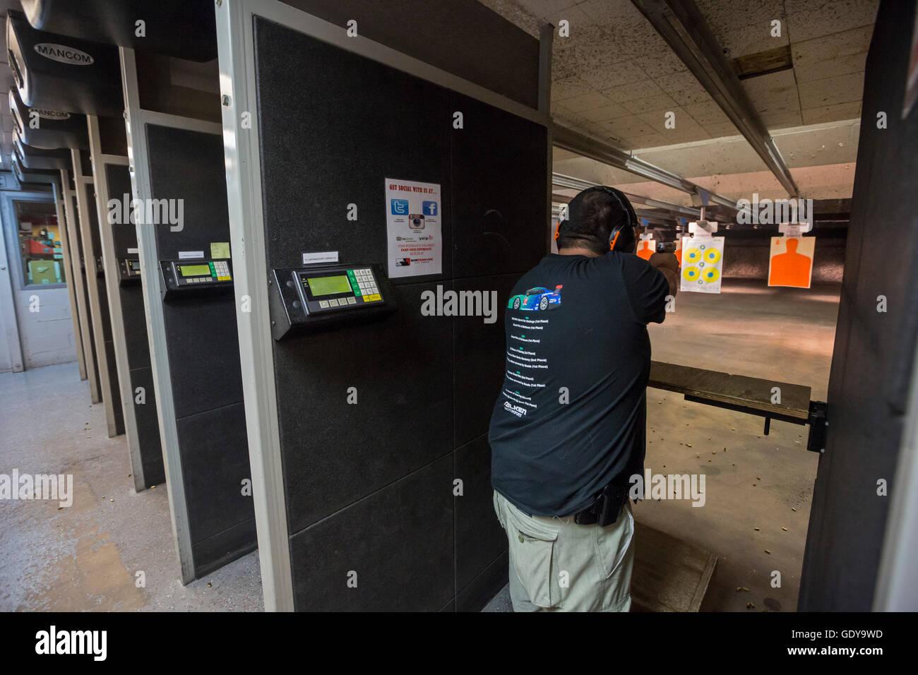 Las Vegas, Nevada - schießt ein Mann seine Pistole beim Discount Waffen + Munition Schießanlage. Stockbild
