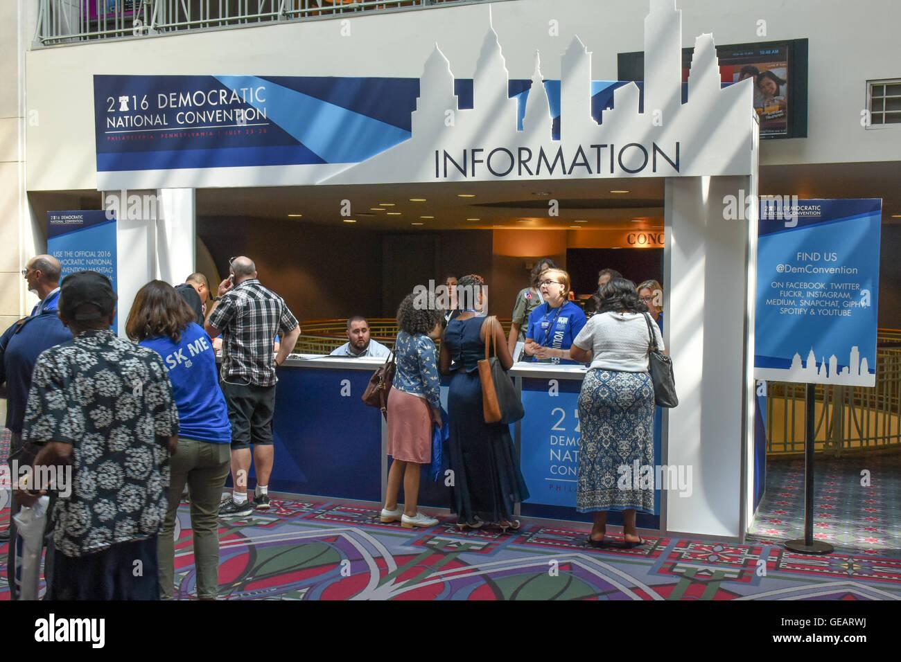 Philadelphia, USA. 25. Juli 2016. Democratic National Convention in Philadelphia.  Teilnehmer und Besucher kommen Stockbild