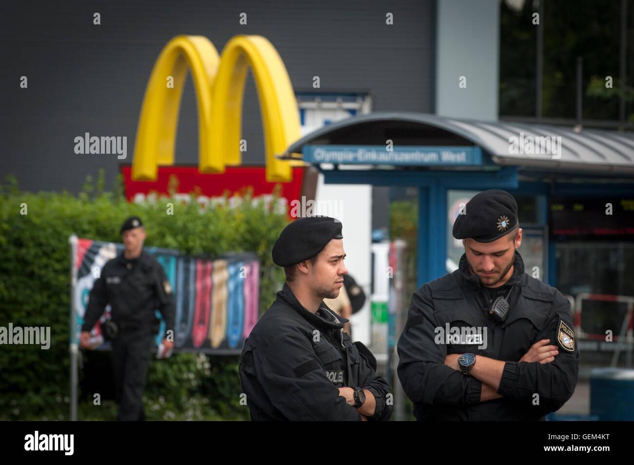 Polizei vor dem McDonalds, wo die Dreharbeiten am Hanauer Strasser, München, Deutschland begannen. Stockbild