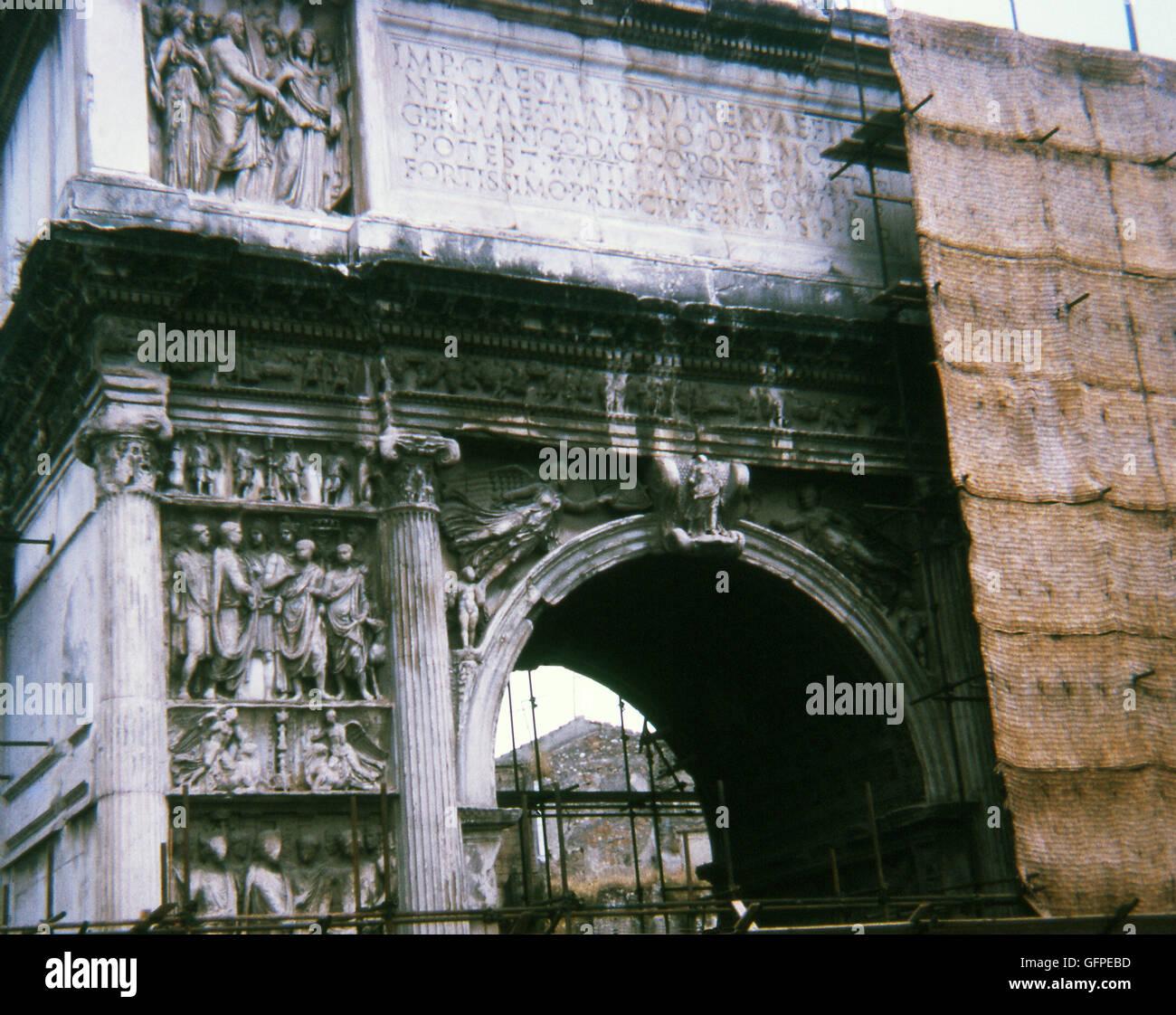Dieses Foto, aufgenommen im Jahr 1970 zeigt Trajansbogen in Benevento (Benevent) in Süditalien, wenn es im Stockbild