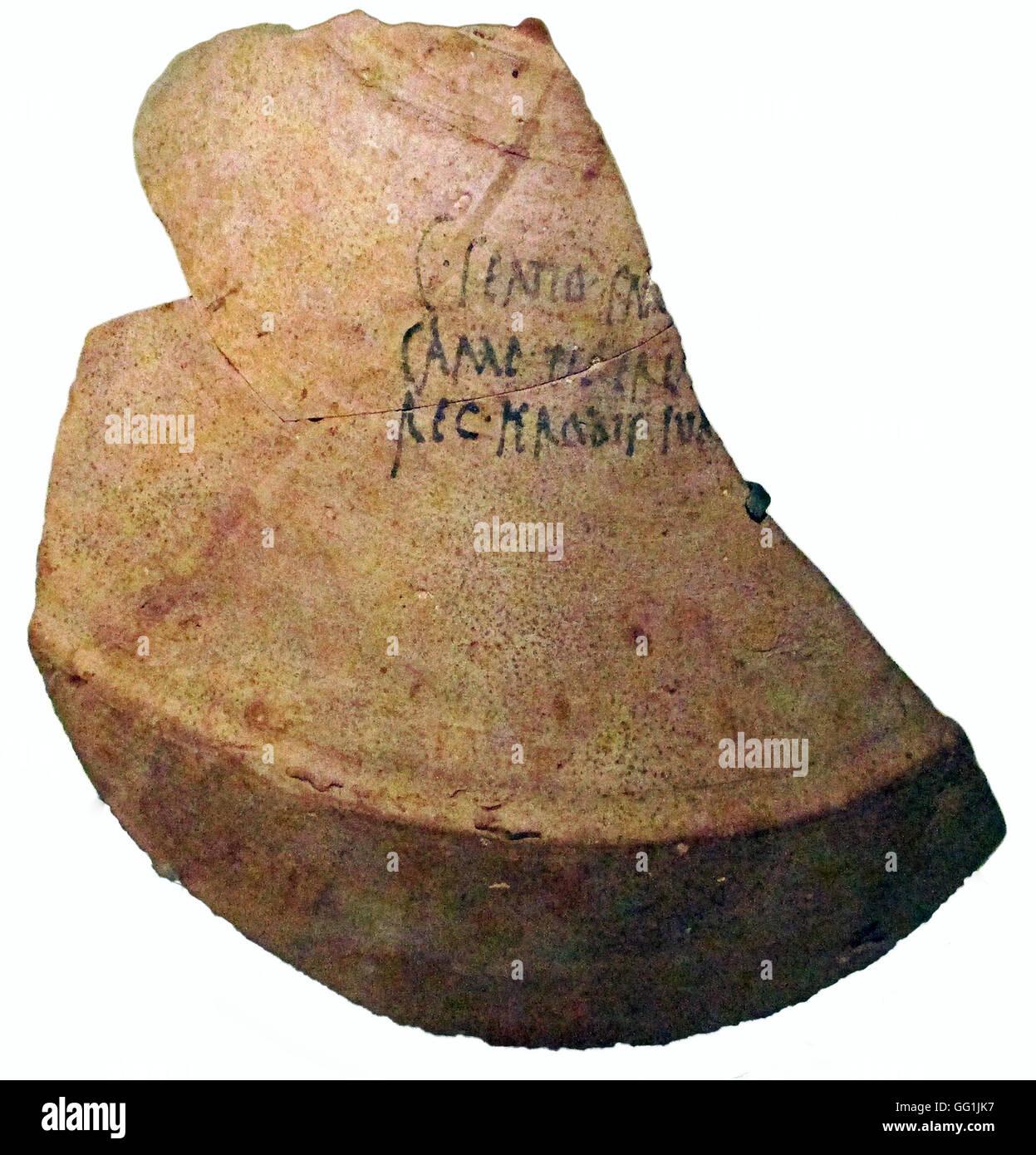 5875. lateinische Inschrift auf einer Wein-Krug (Amphore) angibt, die von König Herodes, der Wein gekauft wurde Stockbild