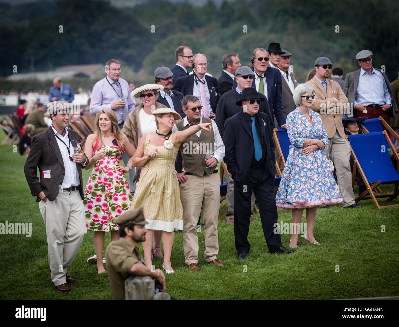 Besucher, Goodwood Revival 2014, Rennsport, Oldtimer, Goodwood, Chichester, Sussex, England, Großbritannien Stockbild