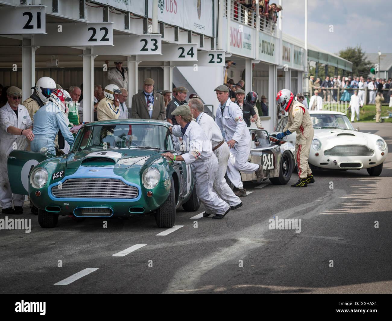 1960 Aston Martin DB4 GT Treiber ändern in der Boxengasse, RAC TT Feier, Goodwood Revival 2014, Racing Sport, Stockbild