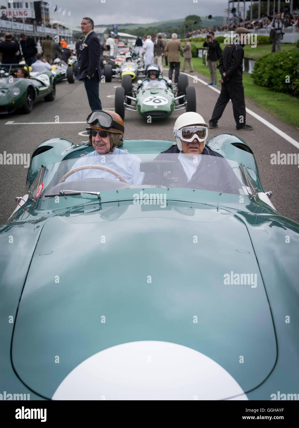 1959 Aston Martin DBR1 Fahrer Tony Brooks (L) und Sir Stirling Moss (R), Jim Clark Parade, Goodwood Revival, racing, Stockbild