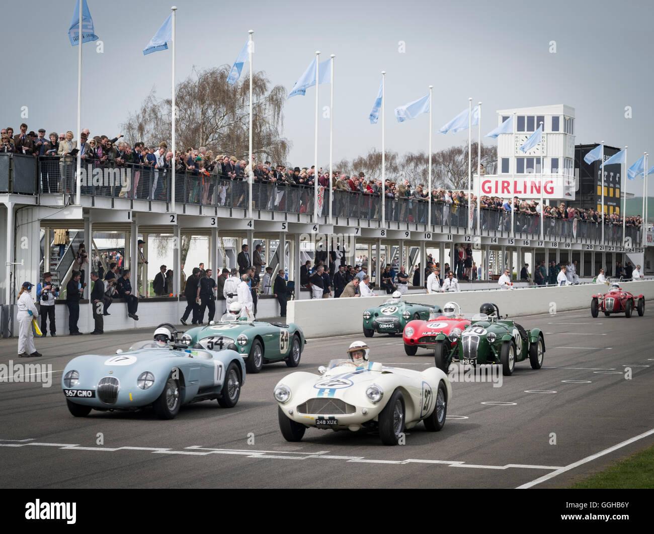 1952 Jaguar C-Type (L) und 1955 Aston Martin DB3S, Peter Collins Trophy, 72. Mitgliederversammlung, Rennen, Autorennen, Stockbild