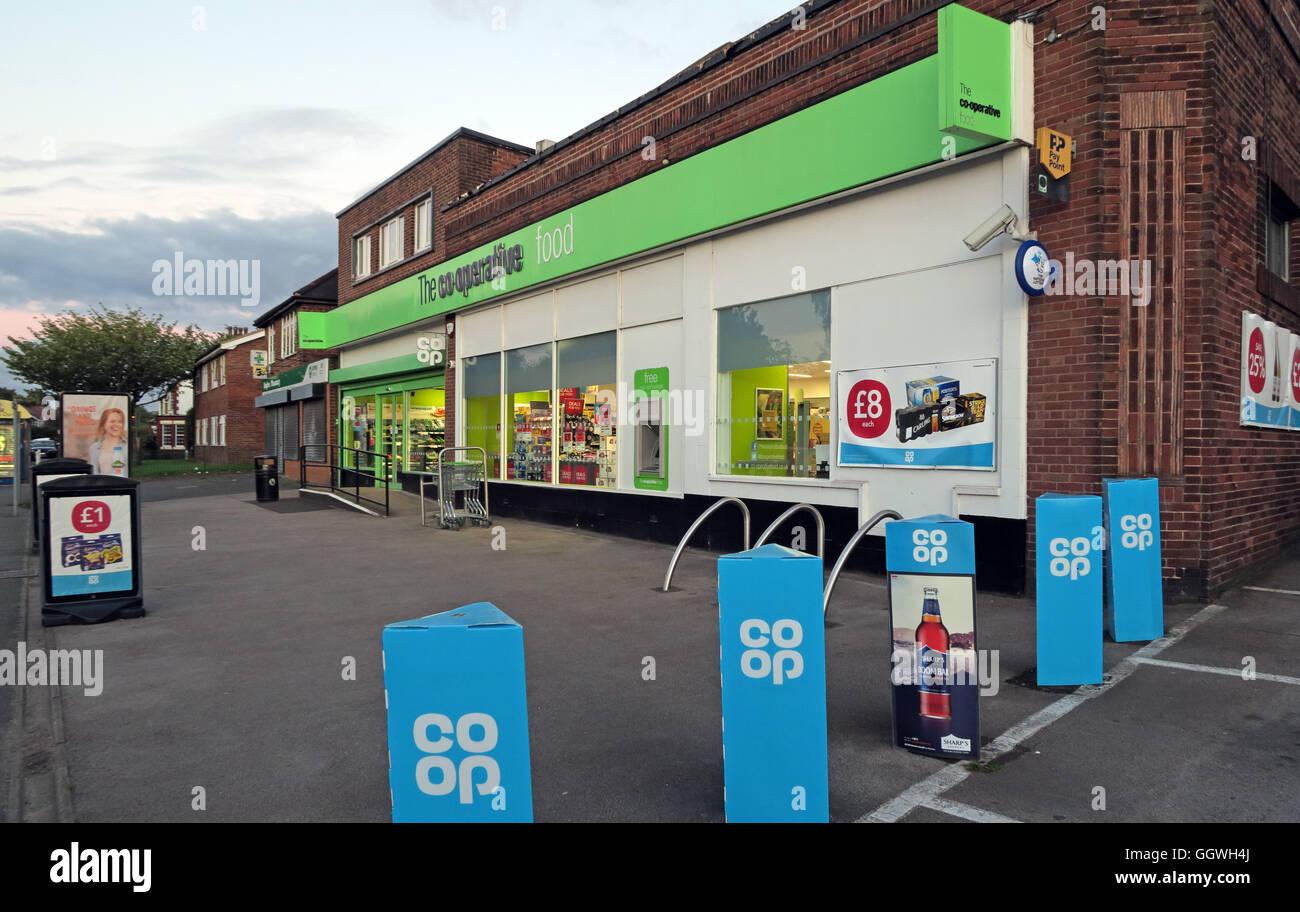 Laden Sie dieses Alamy Stockfoto Lokale Co-op-Convenience Store, mit gemischten Blau und Grün Branding, Abend, Knutsford Straße, Grappenhall, Warrington, Cheshire, North West England, Großbritannien - GGWH4J